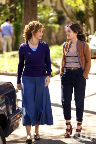 HART OF DIXIE &quot;Pilot&quot; Pictured: Nancy Travis as Mrs. H, Rachel Bilson as Zoe Hart PHOTO CREDIT: Michael Tackett/THE CW &copy;2011 THE CW NETWORK, LLC. ALL RIGHTS RESERVED